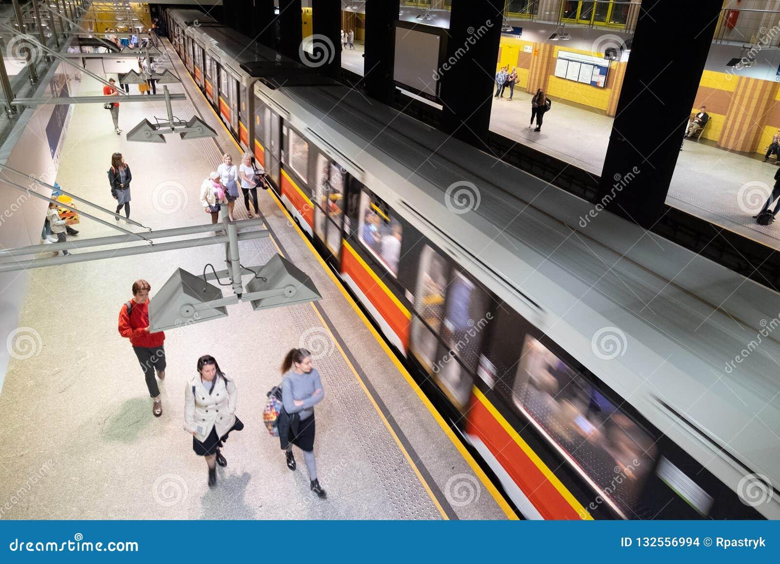 Το υπόγειο τρένο που θολώνεται φθάνει στο σταθμό ν Βαρσοβία, Πολωνία Centrum