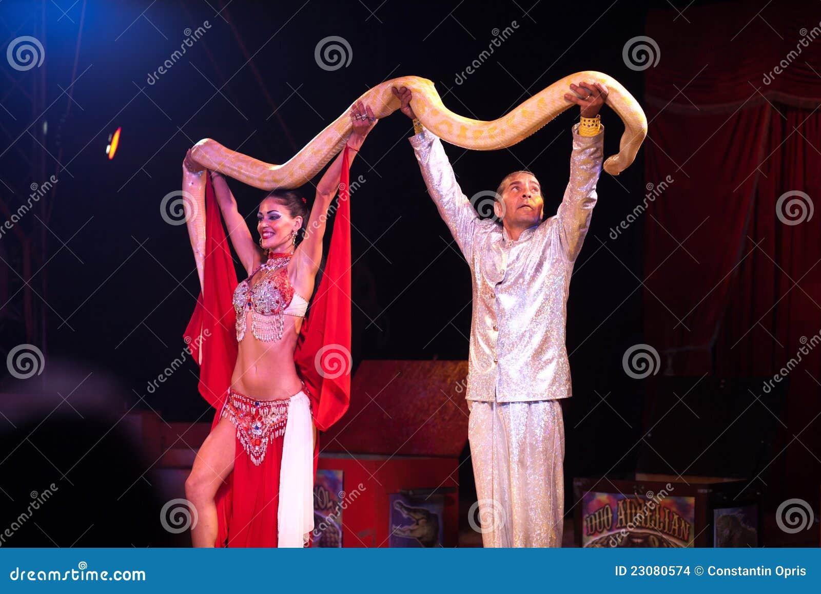Το φίδι εμφανίζει στο τσίρκο