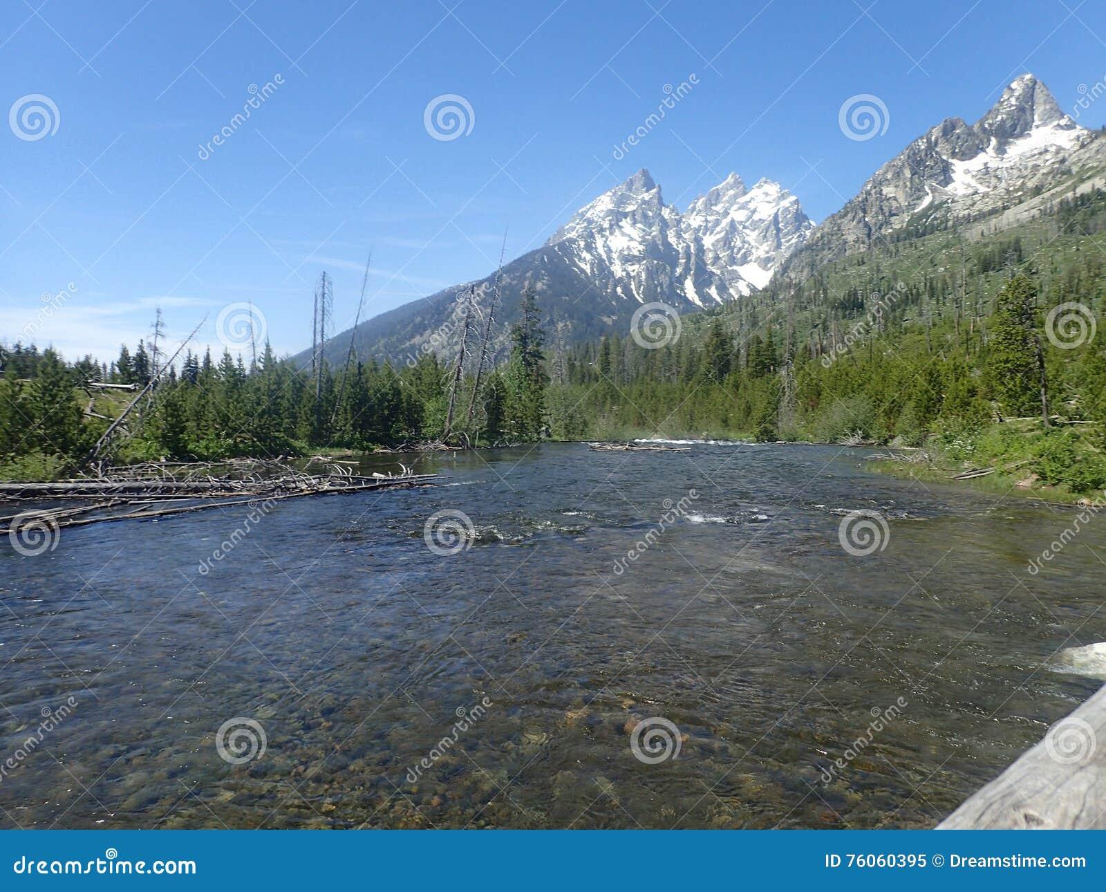 το φθινόπωρο έκανε νωρίς την εικόνα βουνών βουνών το πολικό ρεύμα
