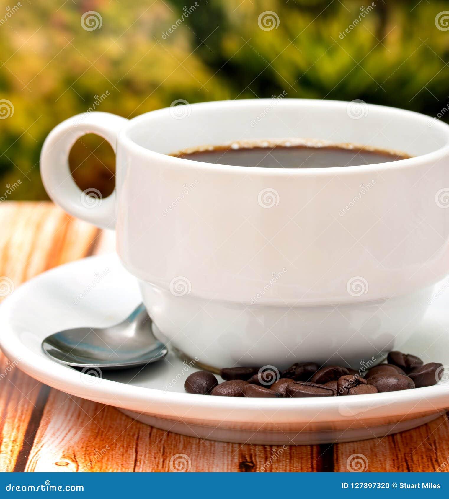 Το φρέσκο φλυτζάνι καφέ παρουσιάζει Decaf Espresso και καφεΐνη