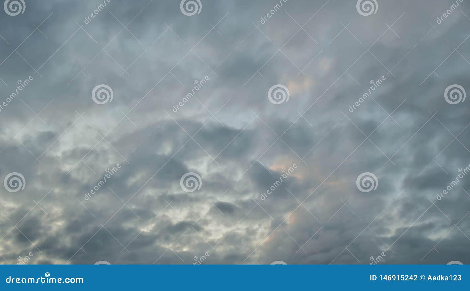 Το φως στο σκοτεινό και δραματικό υπόβαθρο σύννεφων θύελλας, μαύρος σωρείτης καλύπτει πριν από την αρχή μιας ισχυρής θύελλας