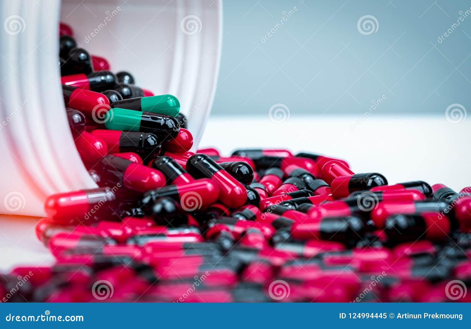 Το χάπι καψών ανέτρεψε έξω από το άσπρο πλαστικό εμπορευματοκιβώτιο μπουκαλιών Ιατρική συνταγή Αντίσταση φαρμάκων αντιβιοτικών αν