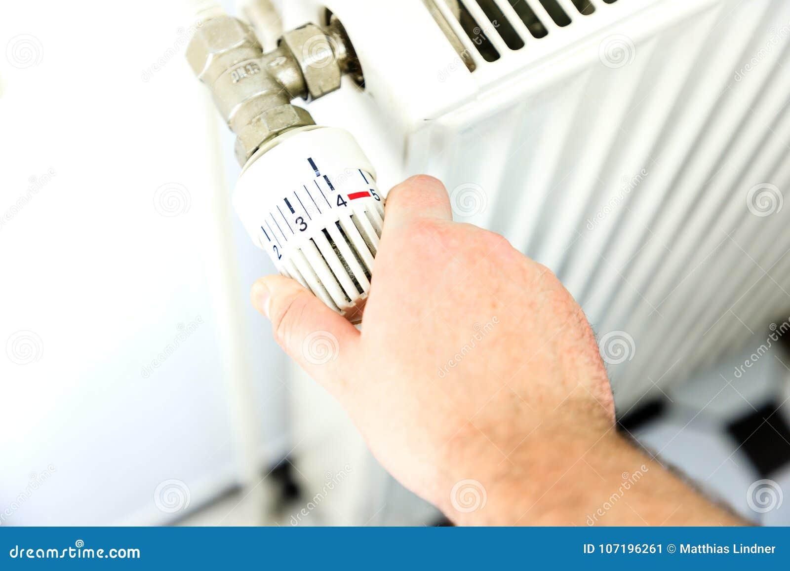 Το χέρι ανοίγει τη θέρμανση