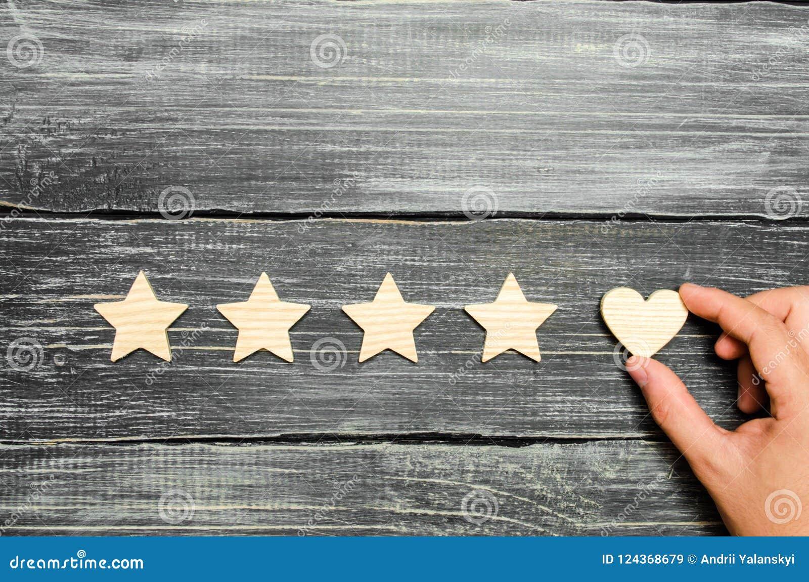Το χέρι βάζει την καρδιά στα τέσσερα αστέρια Επιλογή των αγοραστών Καθολικοί αναγνώριση και θαυμασμός Εκτίμηση ενός ξενοδοχείου ή