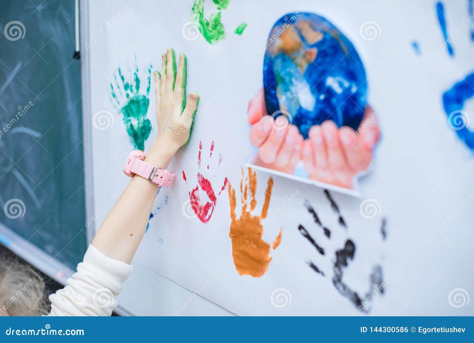 Το χέρι κάνει μια τυπωμένη ύλη στον πίνακα