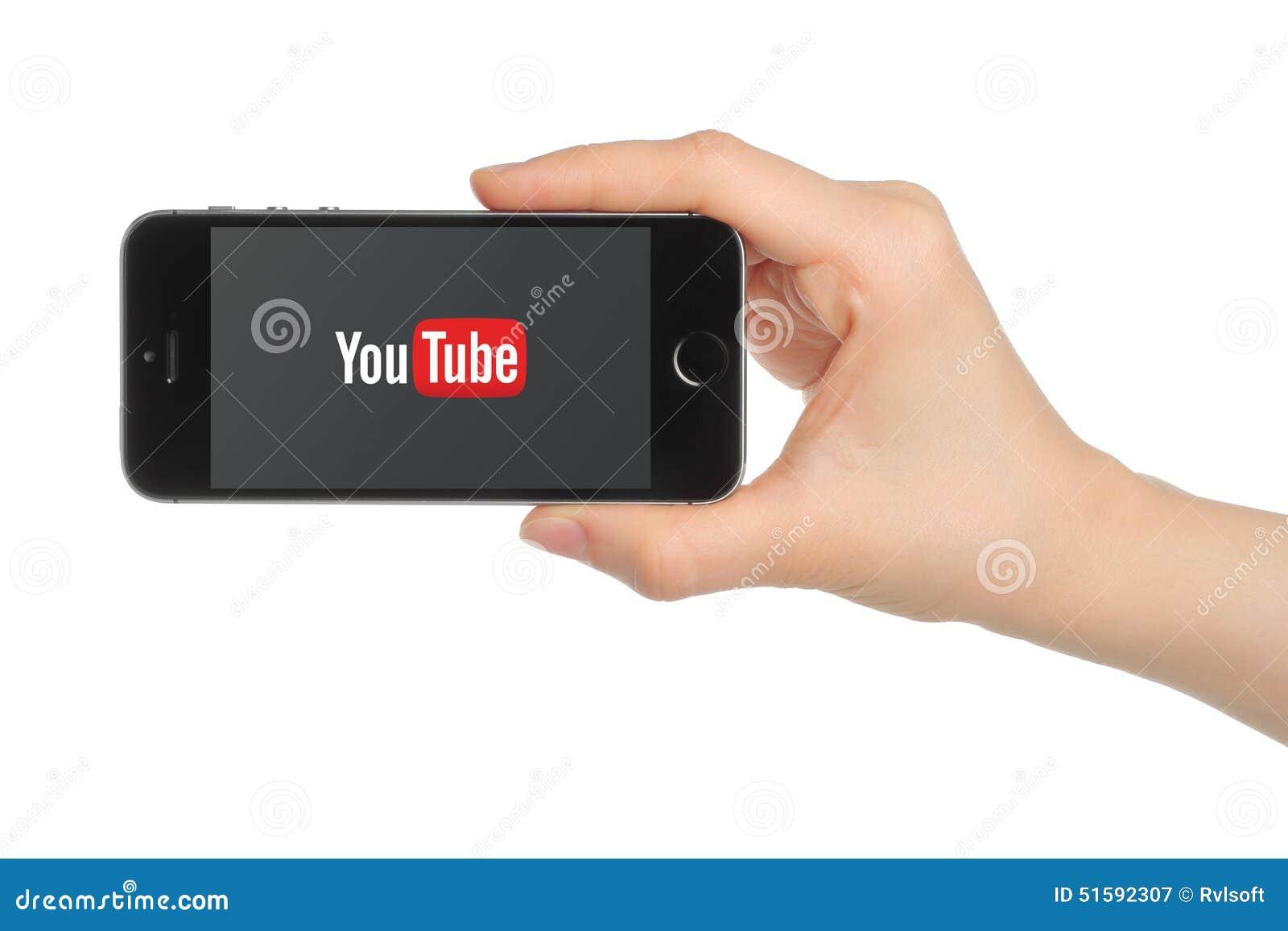 Το χέρι κρατά το διάστημα iPhone 5s γκρίζο με το λογότυπο YouTube στο άσπρο υπόβαθρο