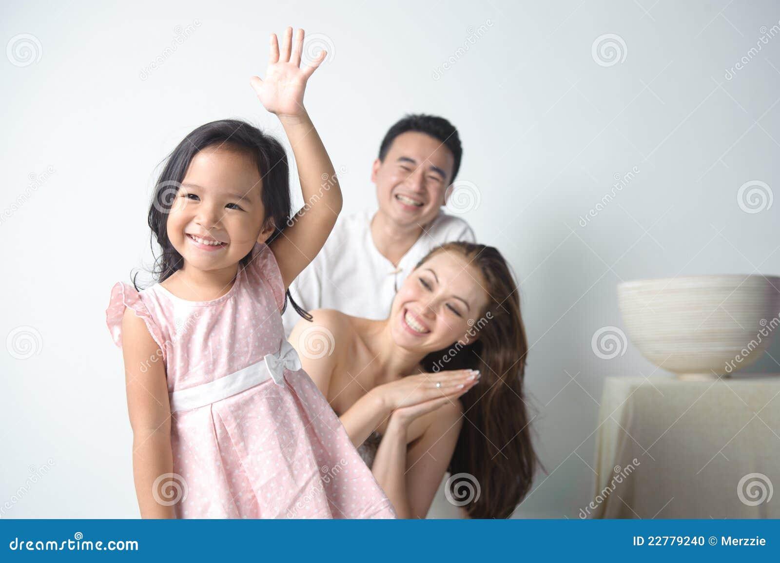το χέρι παιδιών αυξάνει