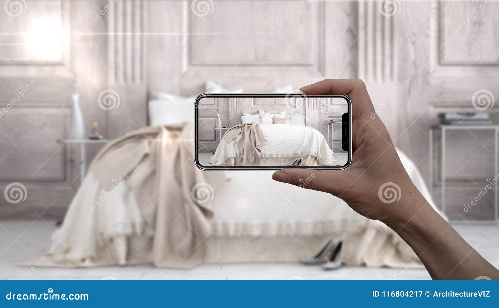 Το χέρι που κρατά το έξυπνο τηλέφωνο, εφαρμογή του AR, μιμείται τα έπιπλα και τα εσωτερικά προϊόντα σχεδίου στο πραγματικό σπίτι,