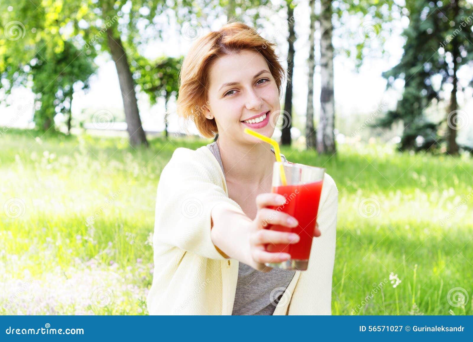 Download Το χαμογελώντας κορίτσι πίνει το χυμό Στοκ Εικόνα - εικόνα από άνετος, έθνος: 56571027