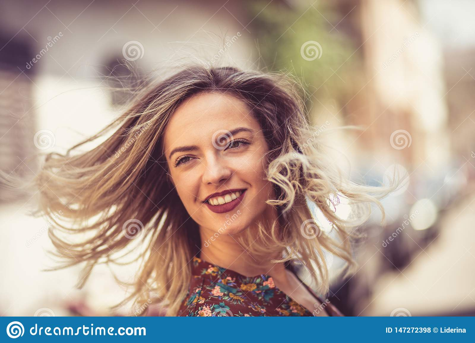 Το χαμόγελό της λαμπρύνει επάνω την πόλη