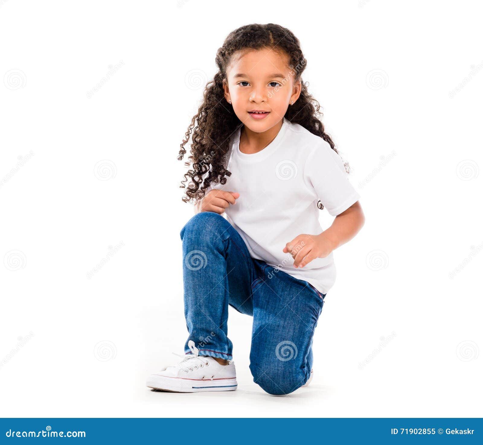 Το χαμόγελο λίγου χαριτωμένου κοριτσιού σε ένα γόνατο