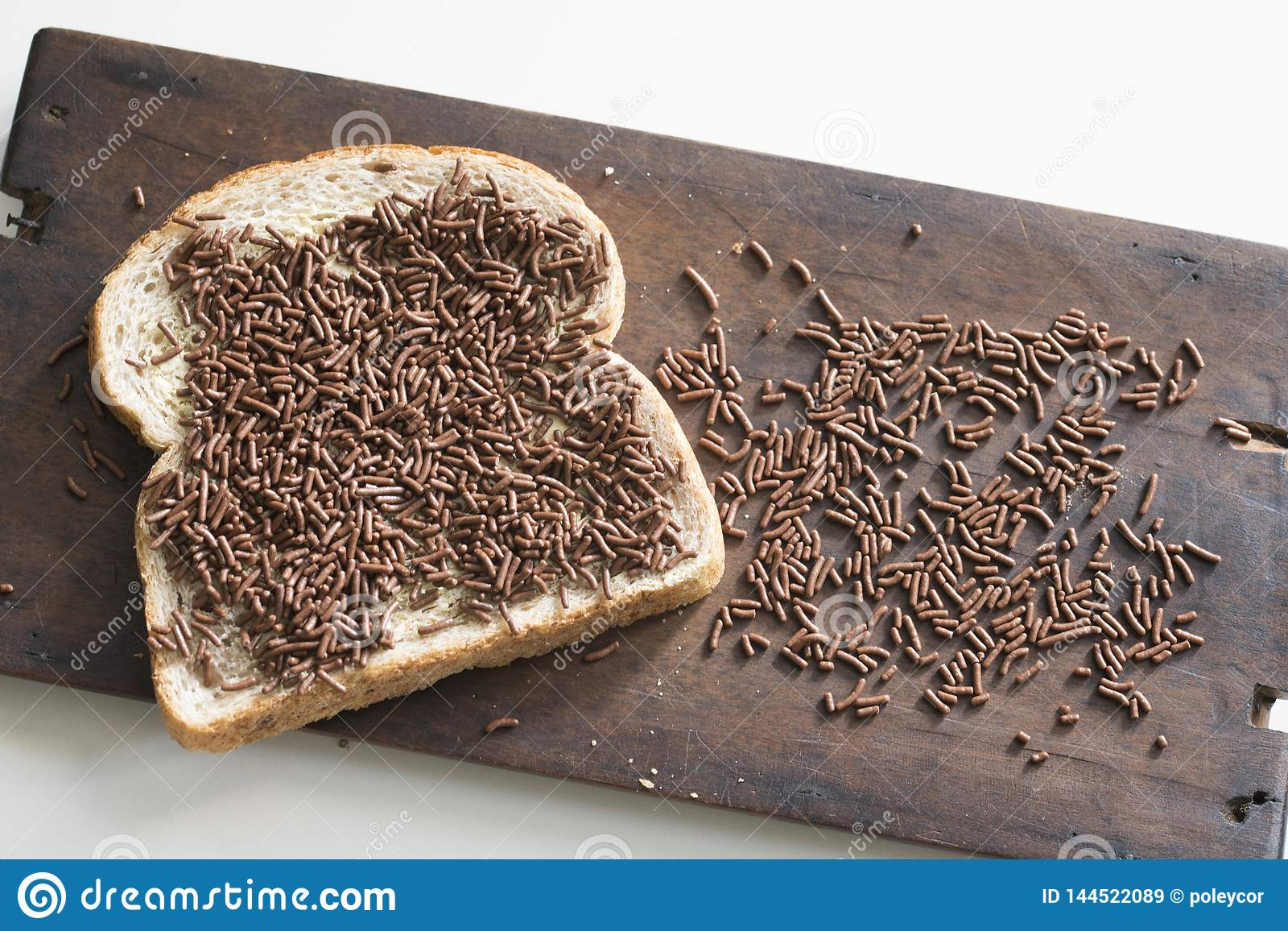 Το χαρακτηριστικό πρόγευμα στις Κάτω Χώρες με το καφετιές ψωμί και τη σοκολάτα ψεκάζει, hagelslag