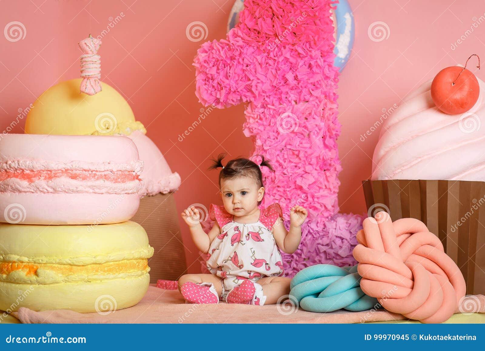 Το χαριτωμένο μικρό κορίτσι γιορτάζει τα πρώτα γενέθλιά της