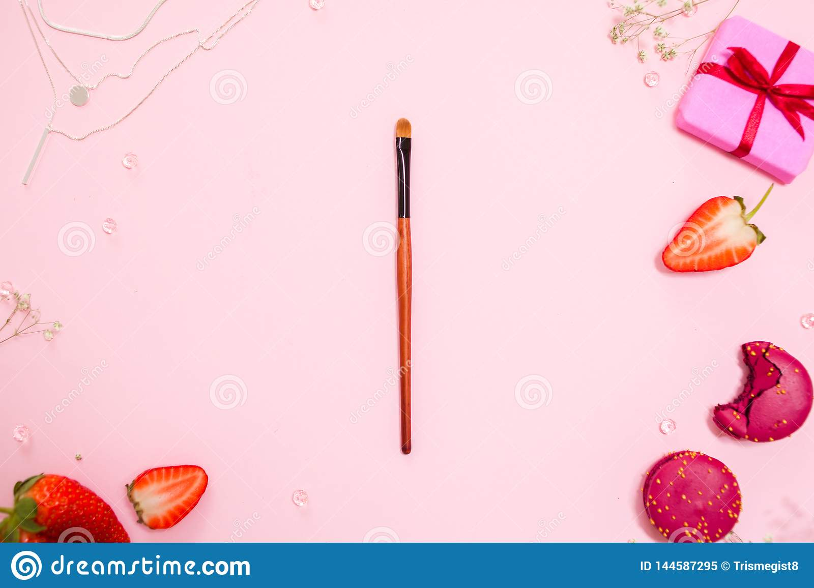 Το χαριτωμένο ρόδινο επίπεδο βάζει, με μια λεπτή βούρτσα makeup στο κέντρο Γοητευτικό ύφος