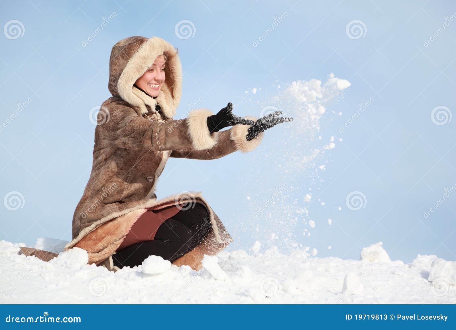 το χιόνι χεριών που κάθετα&i