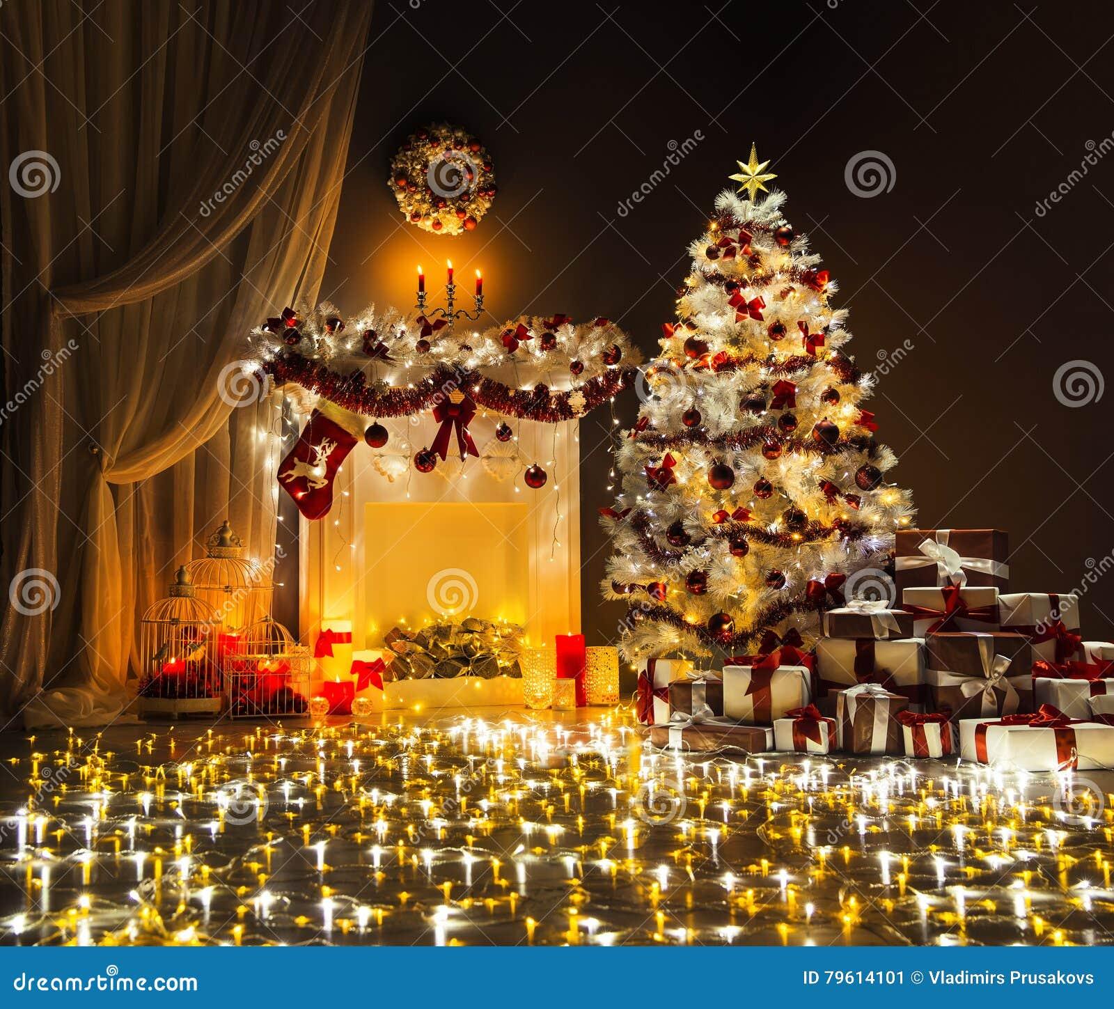 Το χριστουγεννιάτικο δέντρο ανάβει την εσωτερική, διακοσμημένη εστία Χριστουγέννων δωματίων