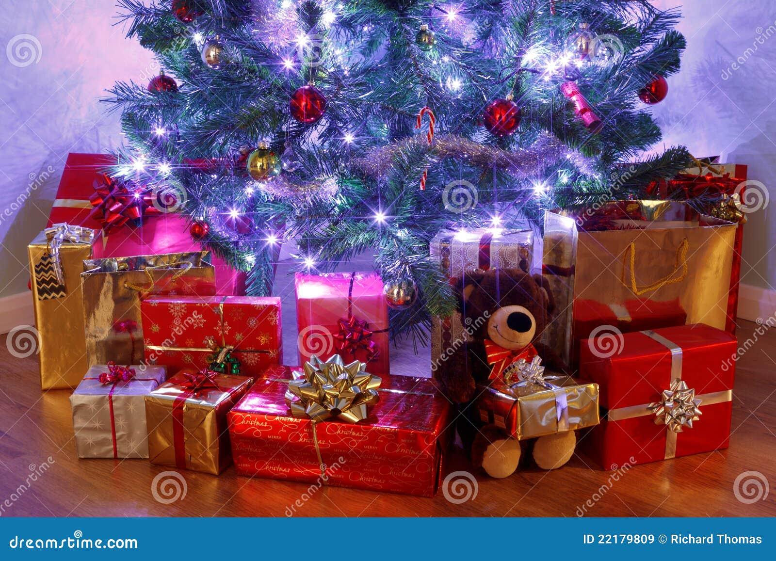 Το χριστουγεννιάτικο δέντρο και παρουσιάζει