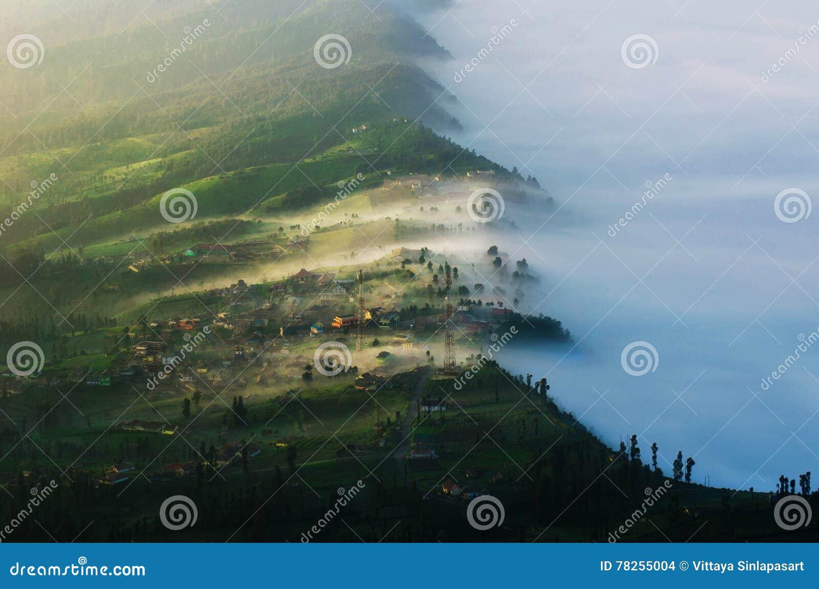 Το χωριό Cemoro lawang σε Bromo τοποθετεί σε Bromo