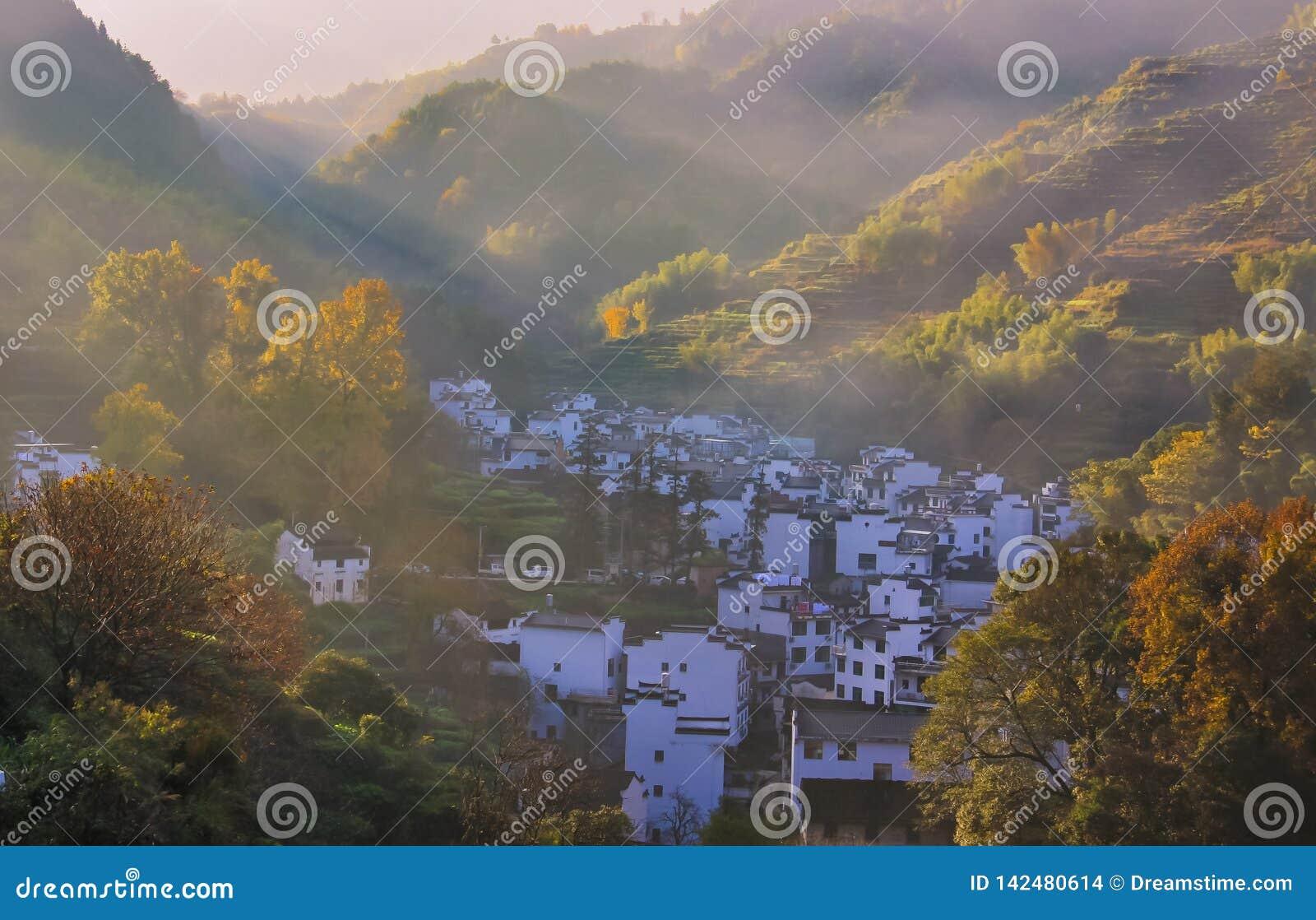 Το χωριό το misty πρωί φθινοπώρου