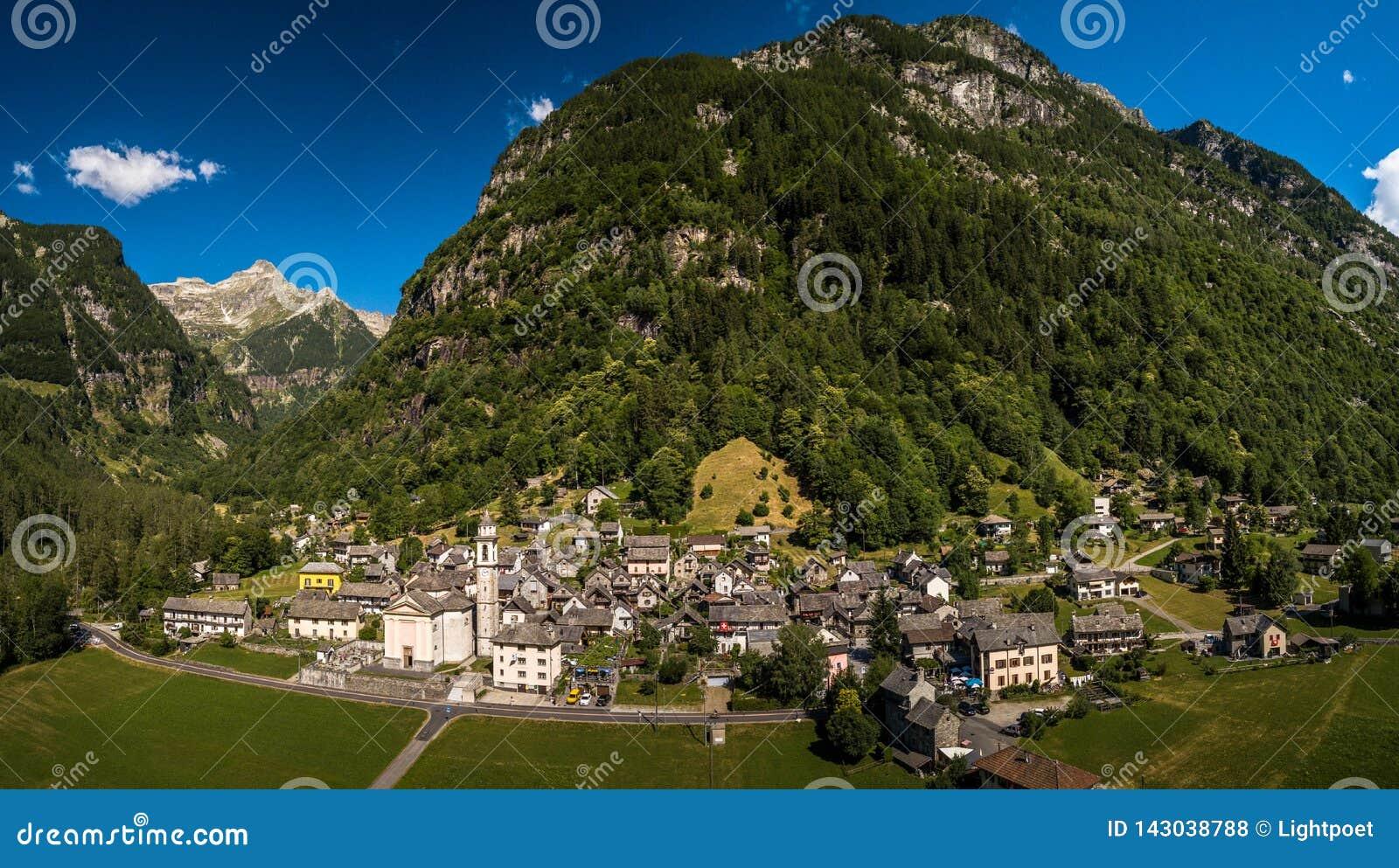 Το χωριό Sonogno στην κοιλάδα Verzasca κοντά σε Locarno