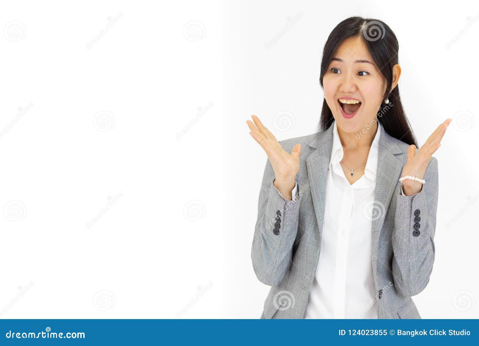 Το όμορφο γοητευτικό ασιατικό κορίτσι με μακρυμάλλη καταπλήσσει έναν συμπαθητικό