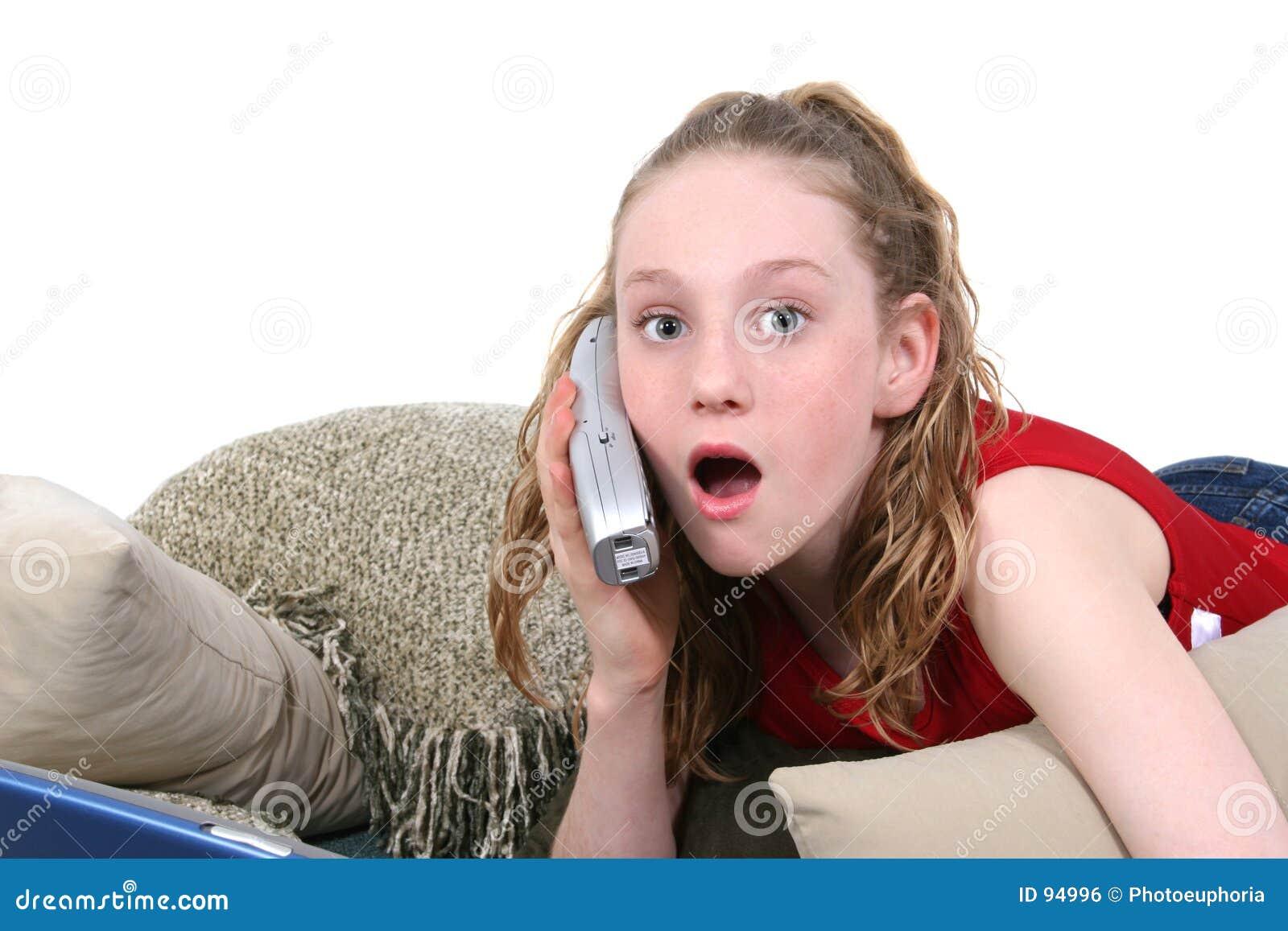 το όμορφο κινητό τηλέφωνο που κοιτάζει ο έφηβος