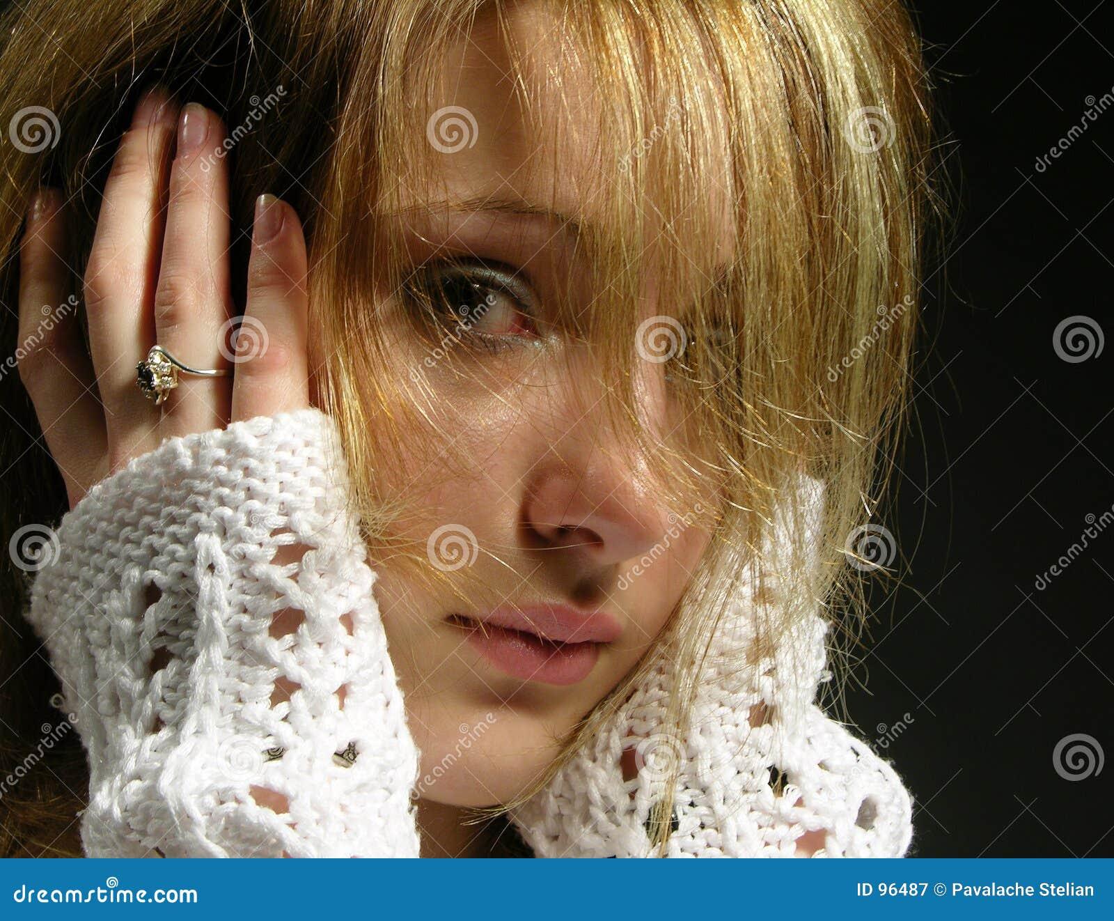 το όμορφο κορίτσι ανησύχησε τις νεολαίες