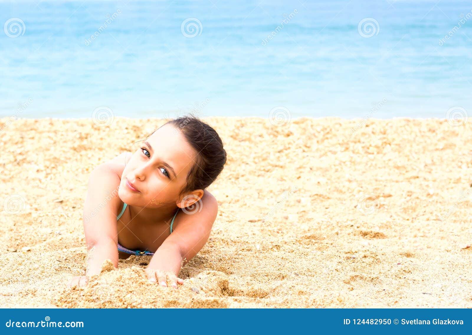 Το όμορφο νέο κορίτσι εφήβων απολαμβάνει την παραλία θερινής θάλασσας
