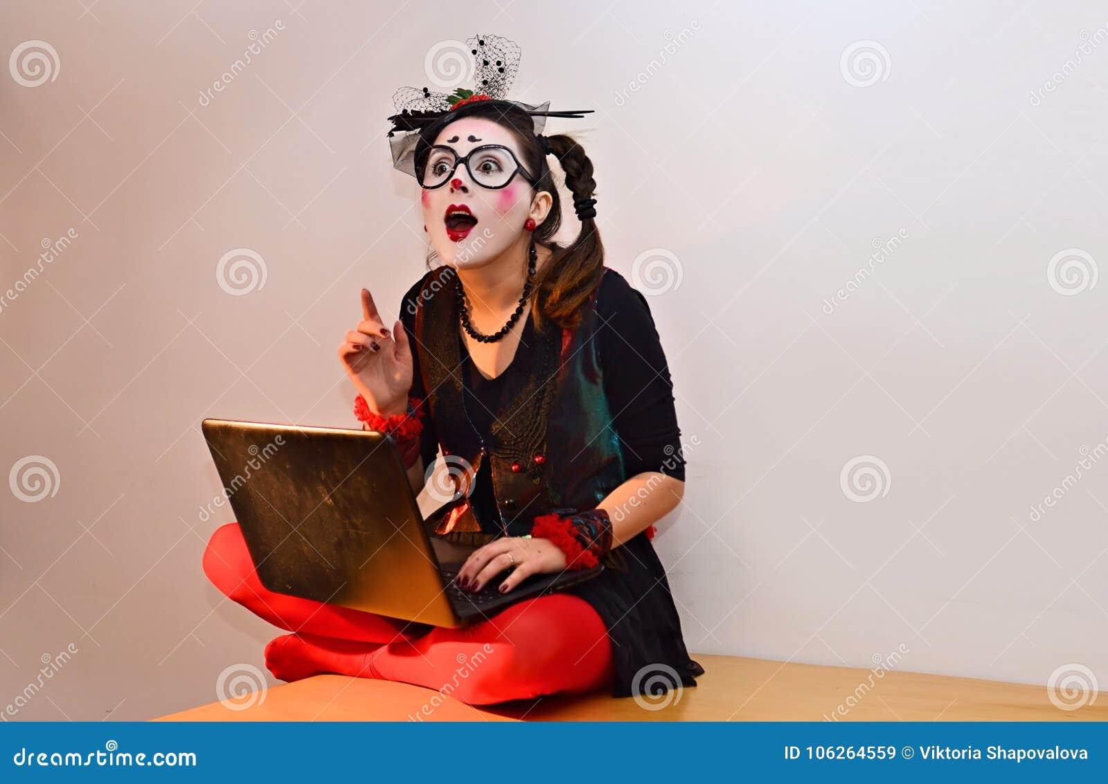 Το όμορφο νέο κορίτσι mime, πήρε μια μεγάλη ιδέα κοντά στο lap-top