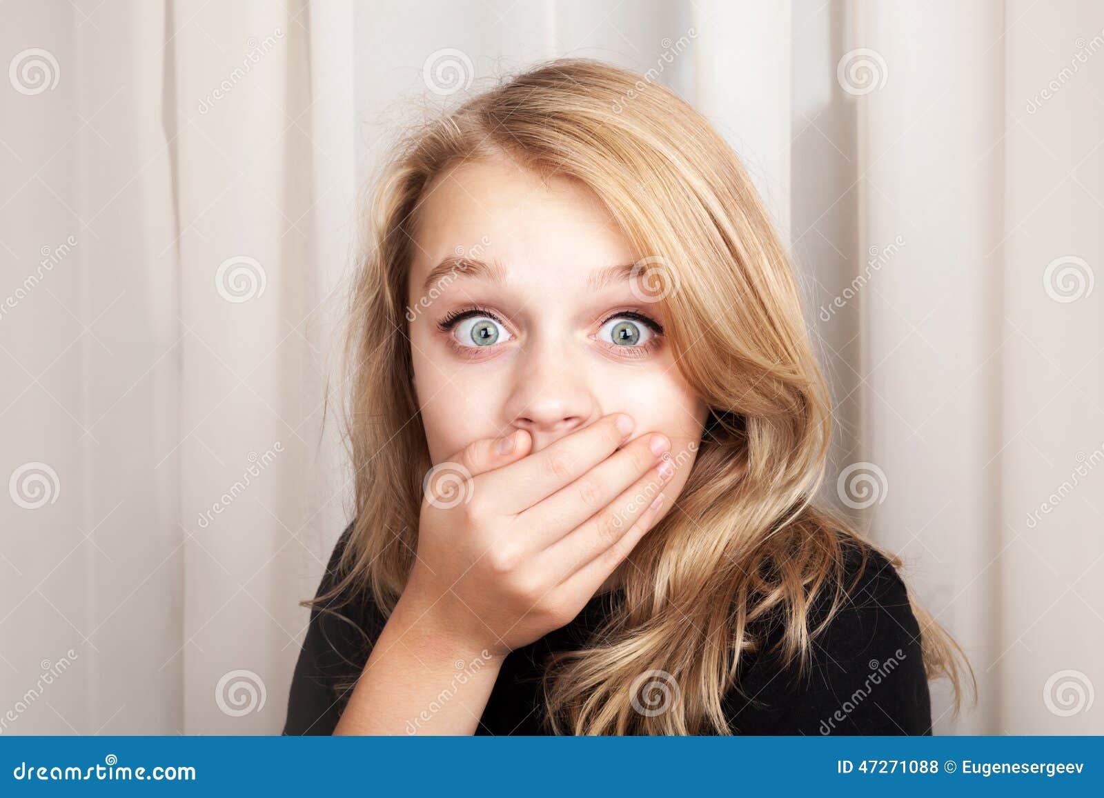 Το όμορφο ξανθό έκπληκτο κορίτσι άνοιξε τα μάτια της ευρέως