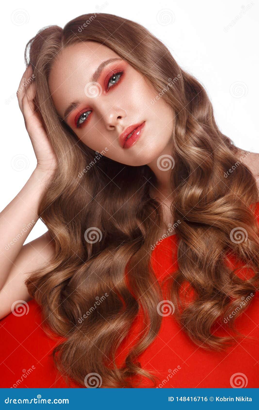 Το όμορφο φρέσκο κορίτσι με το τέλειο δέρμα, ανοιχτό κόκκινο αποτελεί r