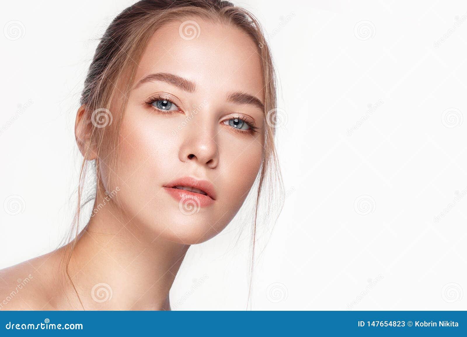 Το όμορφο φρέσκο κορίτσι με το τέλειο δέρμα, φυσικό αποτελεί r