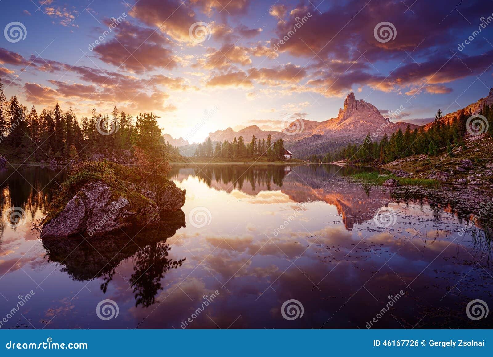 Το όμορφο Lago Di federa See νωρίς το πρωί