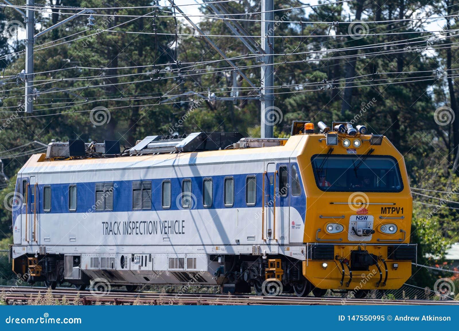 Το όχημα επιθεώρησης διαδρομής για την κρατική ράγα NSW ταξιδεύει κατά μήκος των διαδρομών σιδηροδρόμων στα μπλε βουνά σε ένα τρέ
