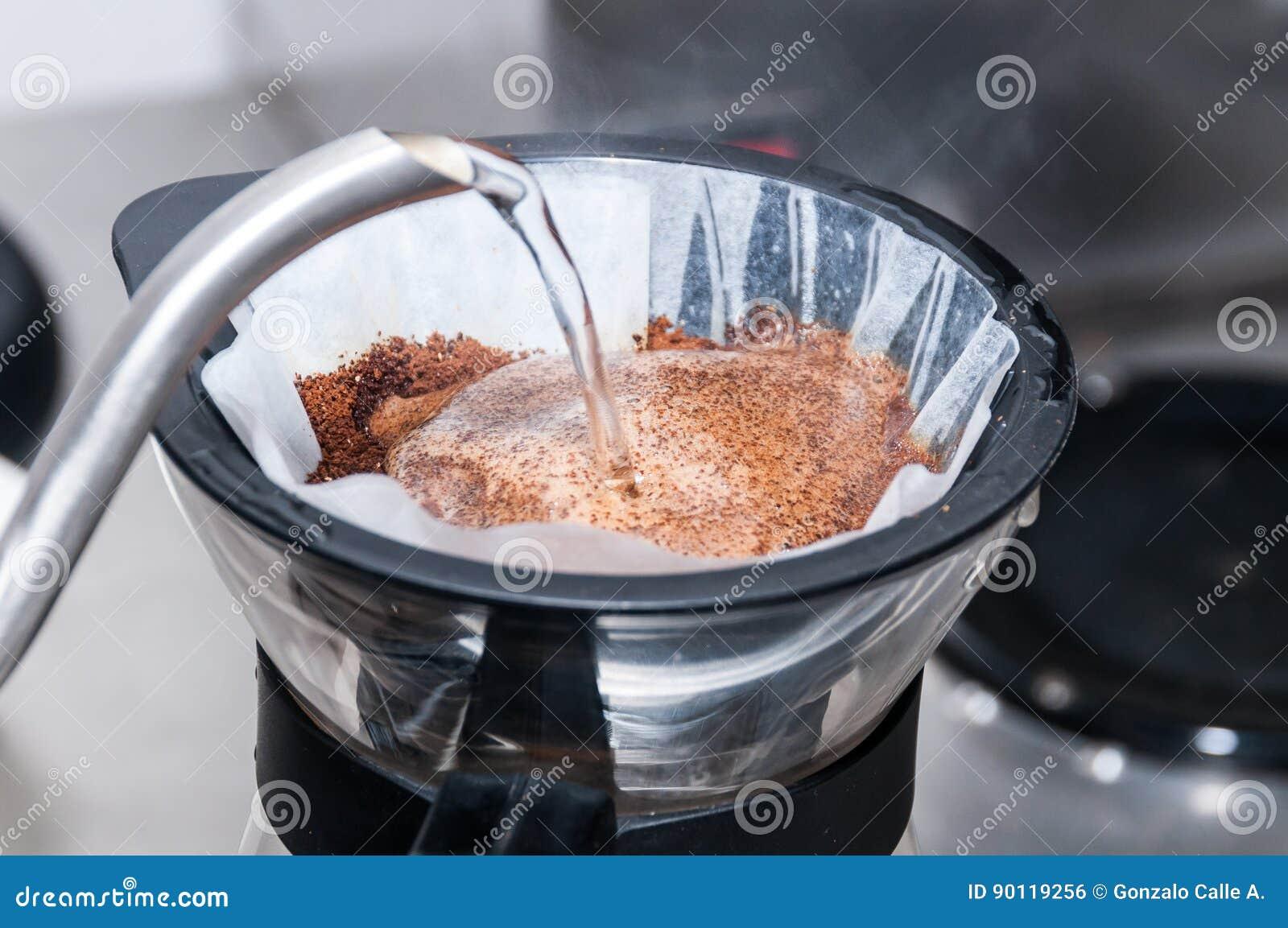 Το Barista προετοιμάζει την έννοια λειτουργίας καφέ