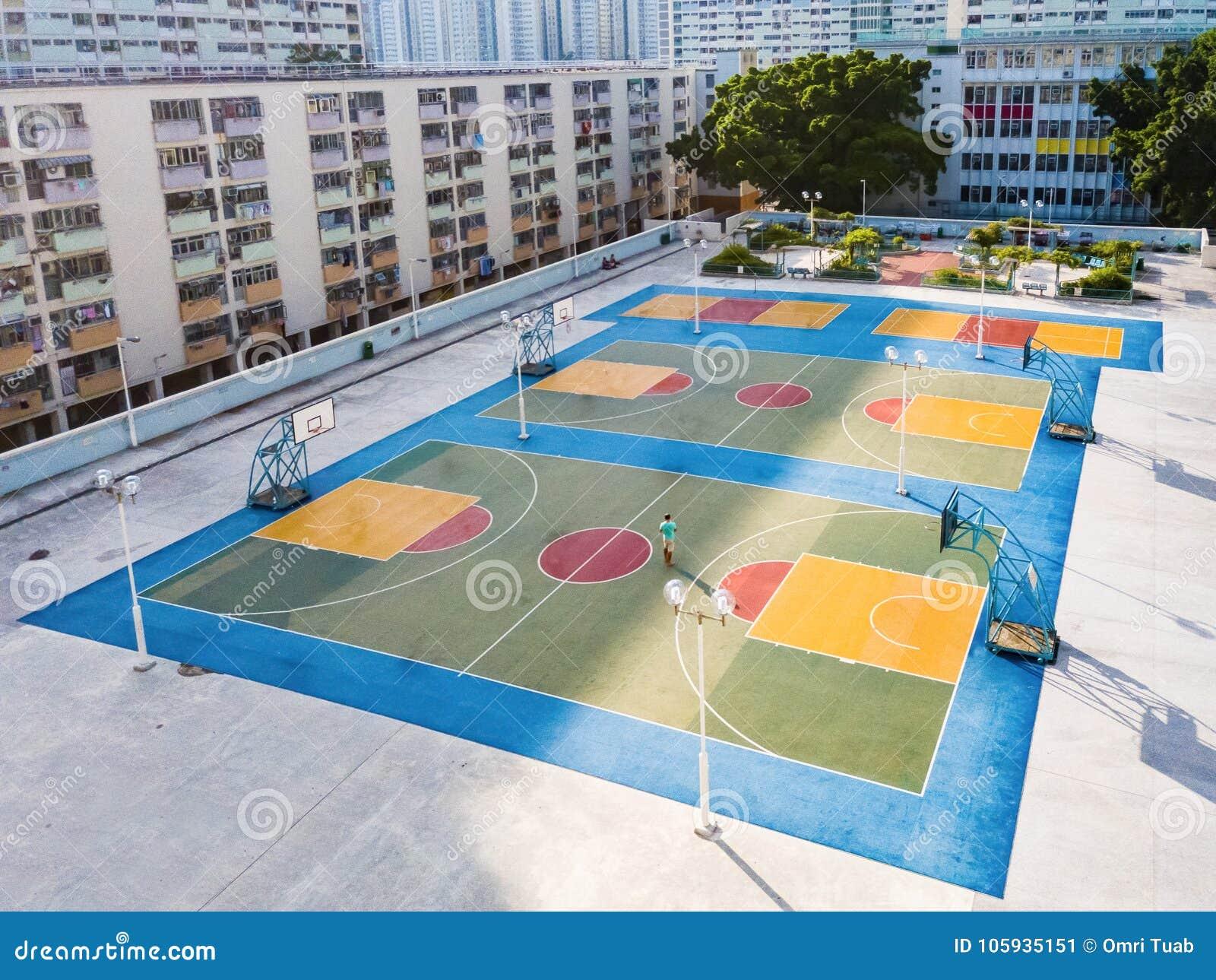 Το Choi κρέμασε το ζωηρόχρωμο γήπεδο μπάσκετ