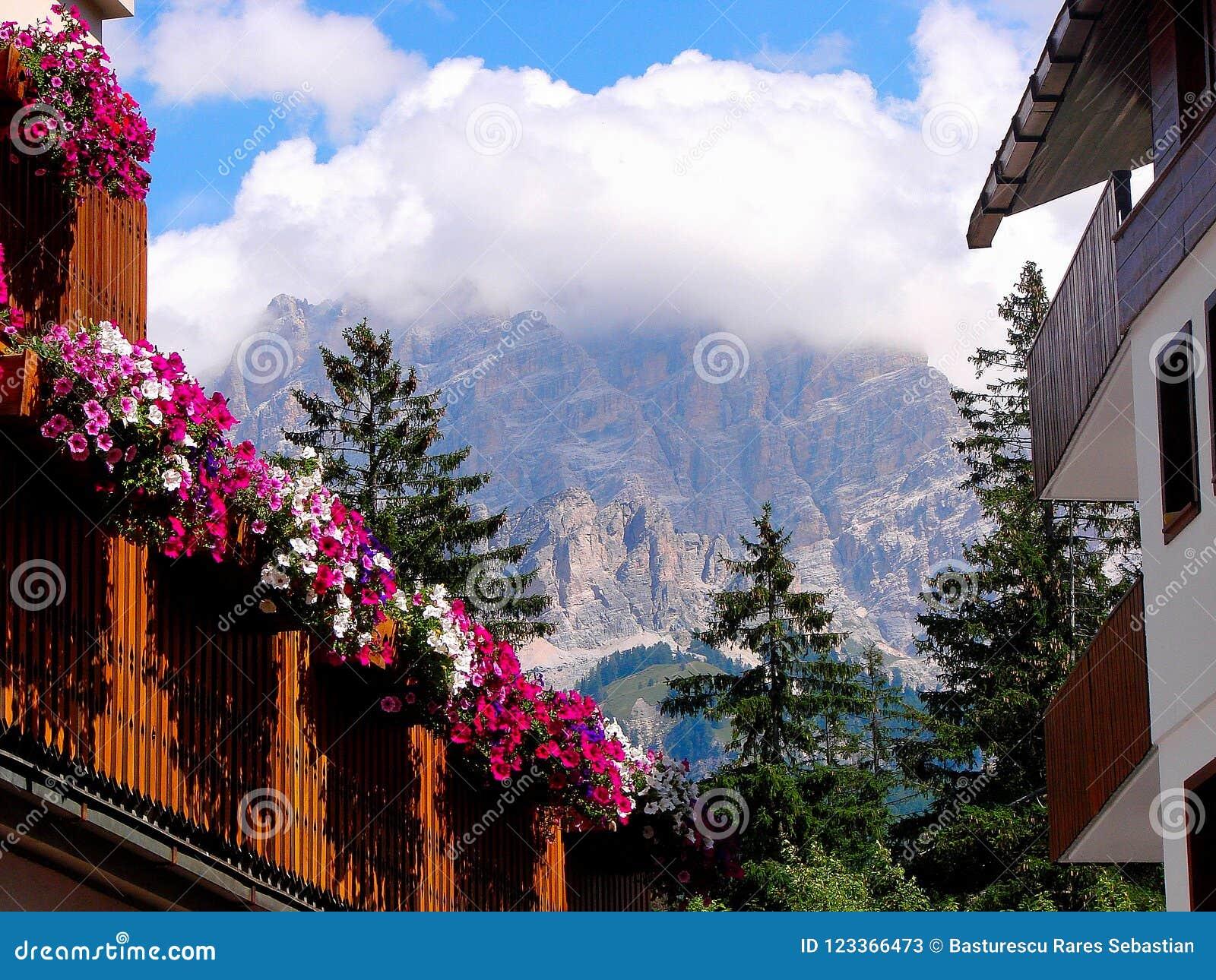 Το Cortina δ ` Ampezzo έχει χιλίων τη χρονών ιστορία και μια μακροχρόνια παράδοση ως τόπο προορισμού τουριστών: Βουνά δολομιτών