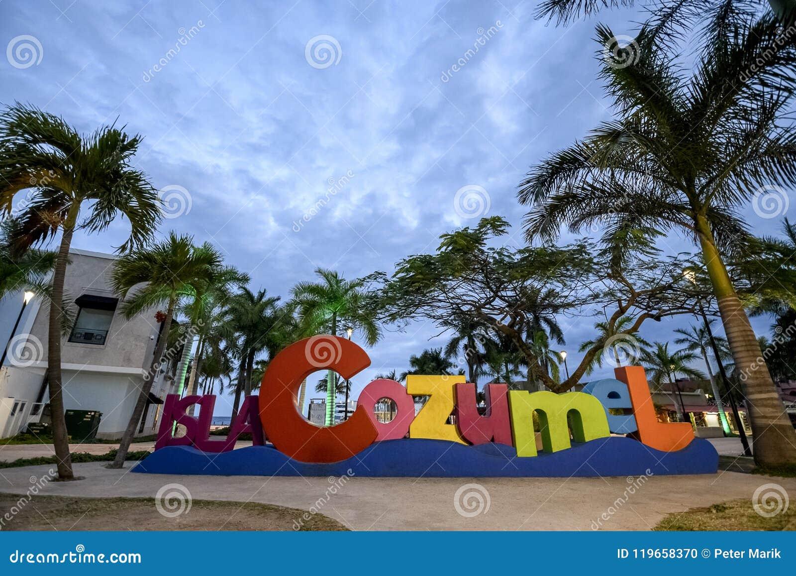 Το Cozumel selfie υπογράφει στο σούρουπο στο κύριο τετράγωνο του νησιού