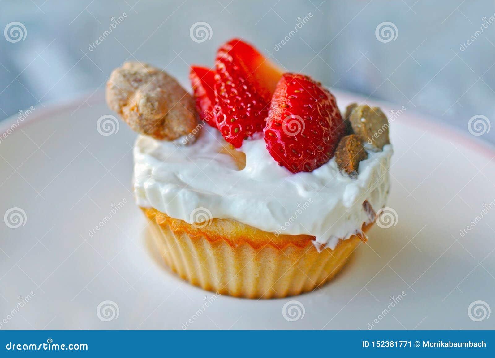 Το Cupcake που γίνονται με το αυγό και που ολοκληρώνονται με το γιαούρτι, οι φράουλες και το ψημένο σκυλί μεταχειρίζονται στο άσπ