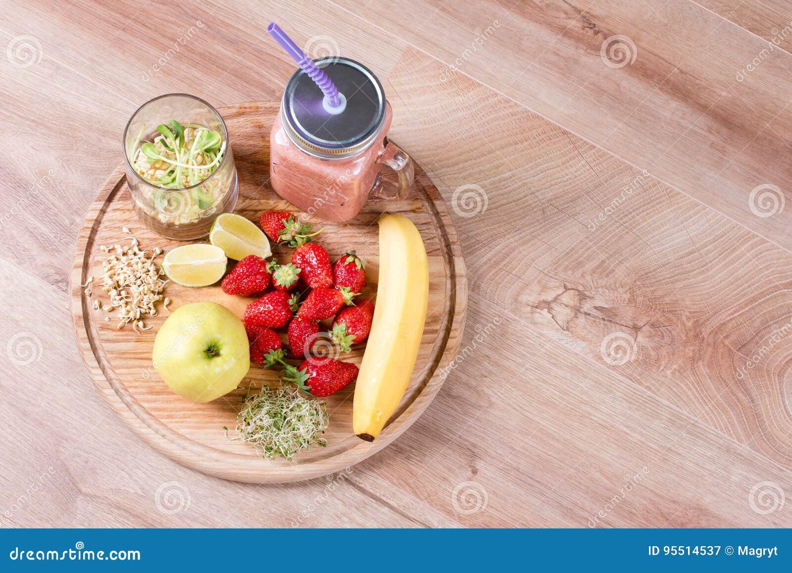 Το Detox καθαρίζει τα συστατικά καταφερτζήδων ποτών, φρούτων και μούρων Φυσικός, οργανικός υγιής χυμός για τη διατροφή απώλειας β