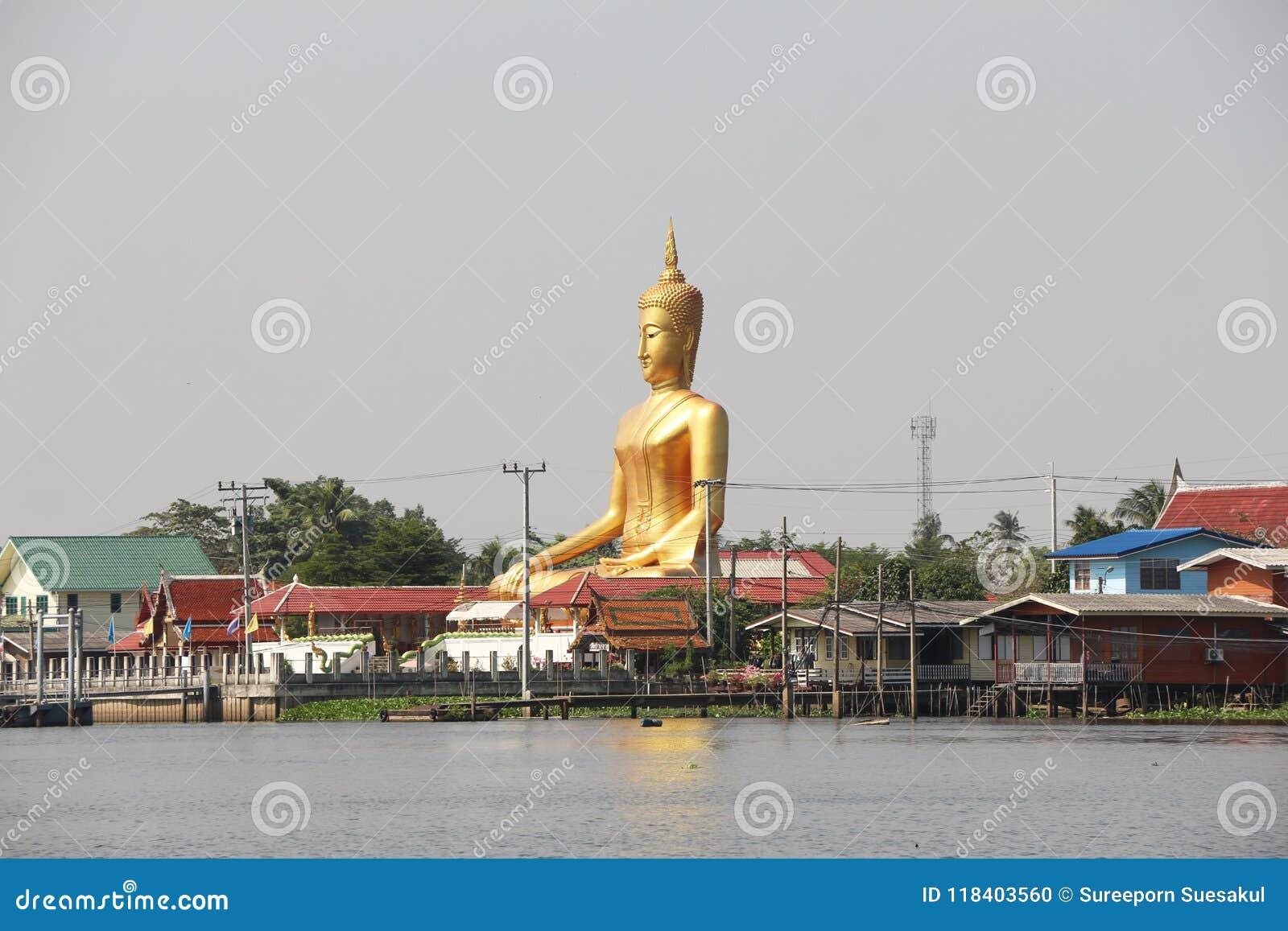 """Το Ganesh""""Phra Puttha Mongkol Chai† είναι ένα μεγάλο άγαλμα του Βούδα στο κτύπημα Jak, pak-Kret Wat σε Nonthaburi α στη λάρν"""