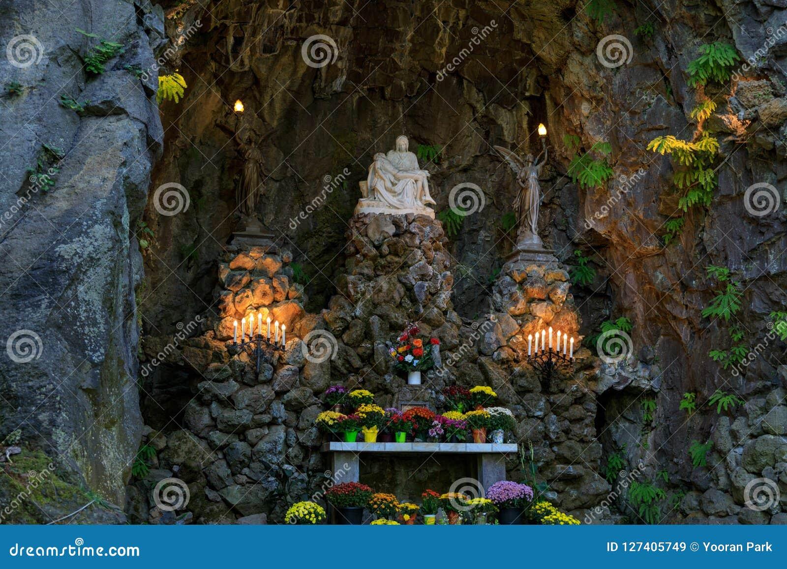 Το Grotto, είναι η καθολικά υπαίθρια λάρνακα και ένα άδυτο που βρίσκονται νότια περιοχή του Μάντισον του Πόρτλαντ, Όρεγκον, Ηνωμέ