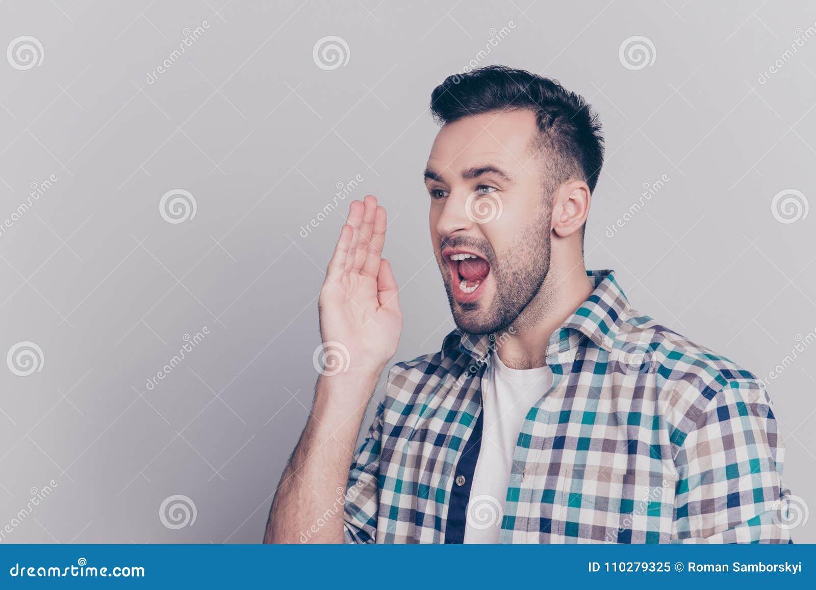 Το Hey, ακούει εδώ! Πορτρέτο του κατά το ήμισυ γυρισμένου καυκάσιου, γενειοφόρου μΑ