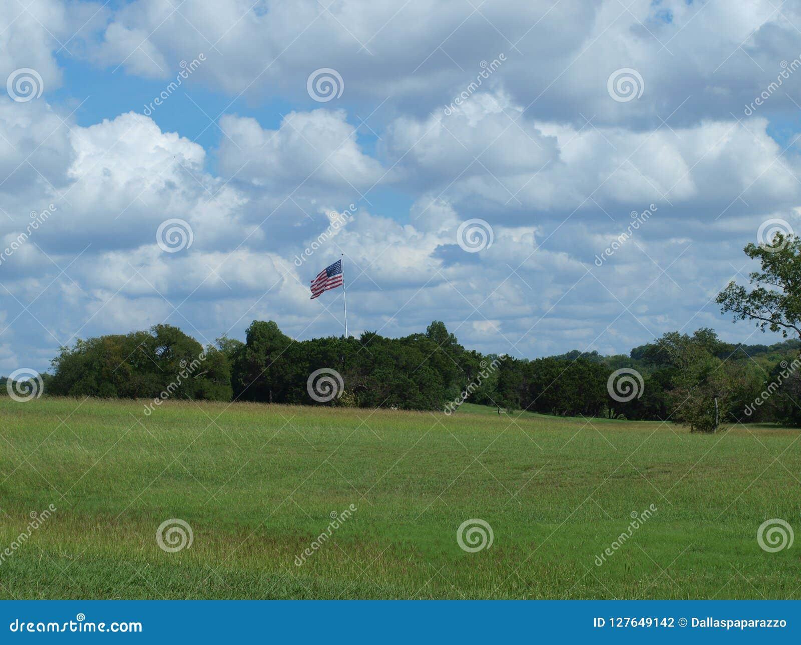 Το Hill κονταριών σημαίας πήρε ακριβώς μια νέα σημαία Πολωνός μετά από μια θύελλα