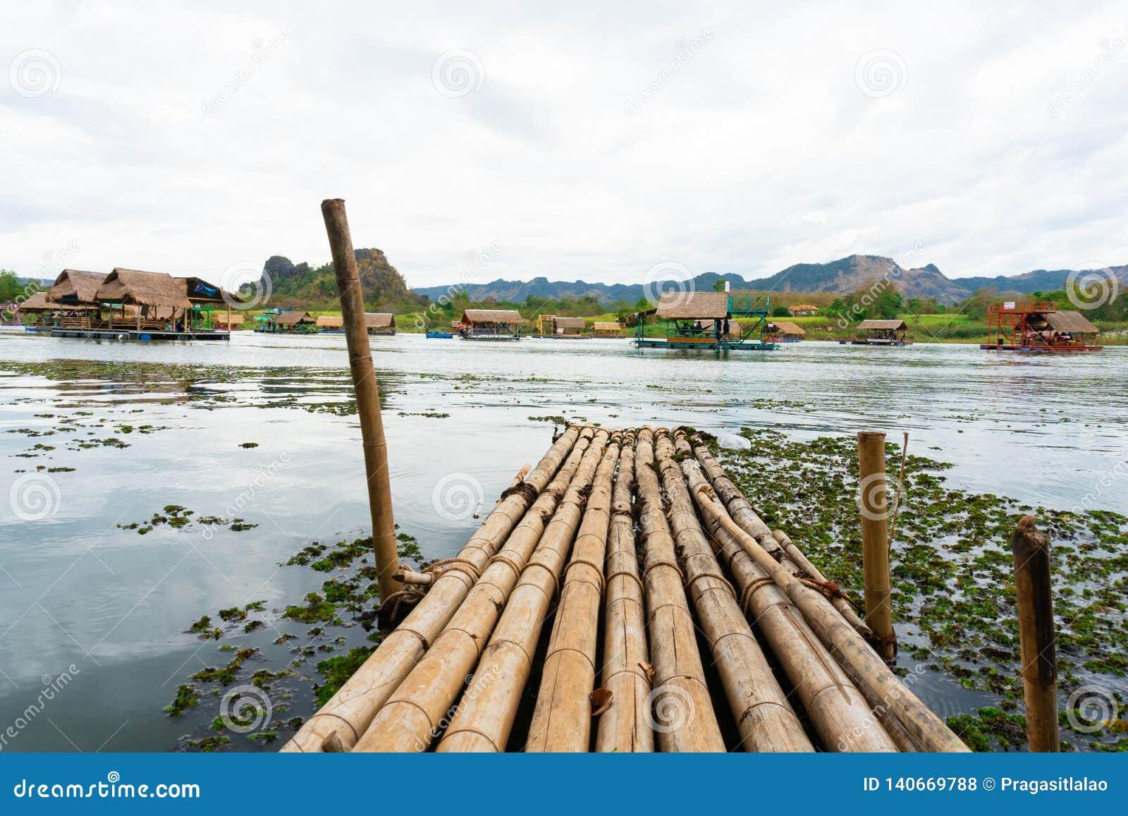 Το Huai Muang, λίμνη της Ταϊλάνδης με το σπίτι βαρκών η θέση χαλαρώνει