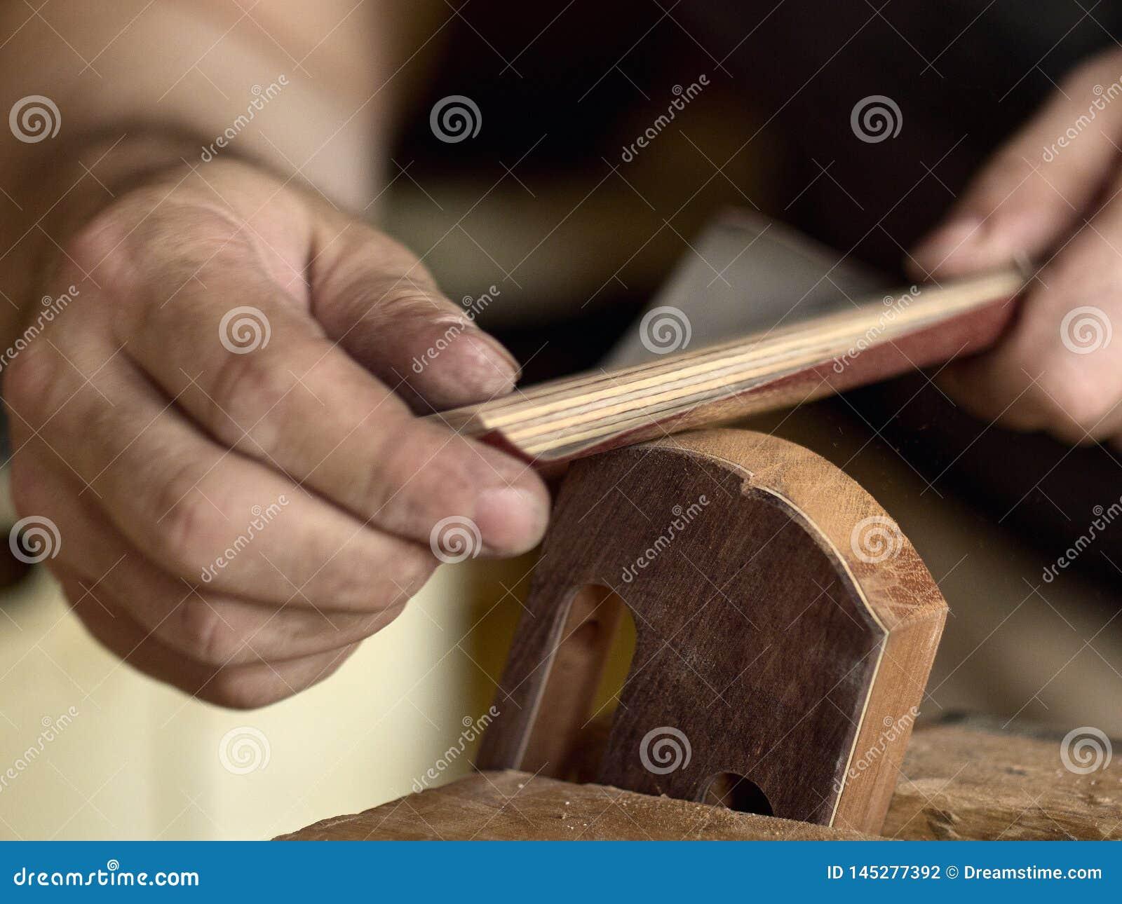 Το Luthier τροποποιεί το κεφάλι της κλασσικής κιθάρας