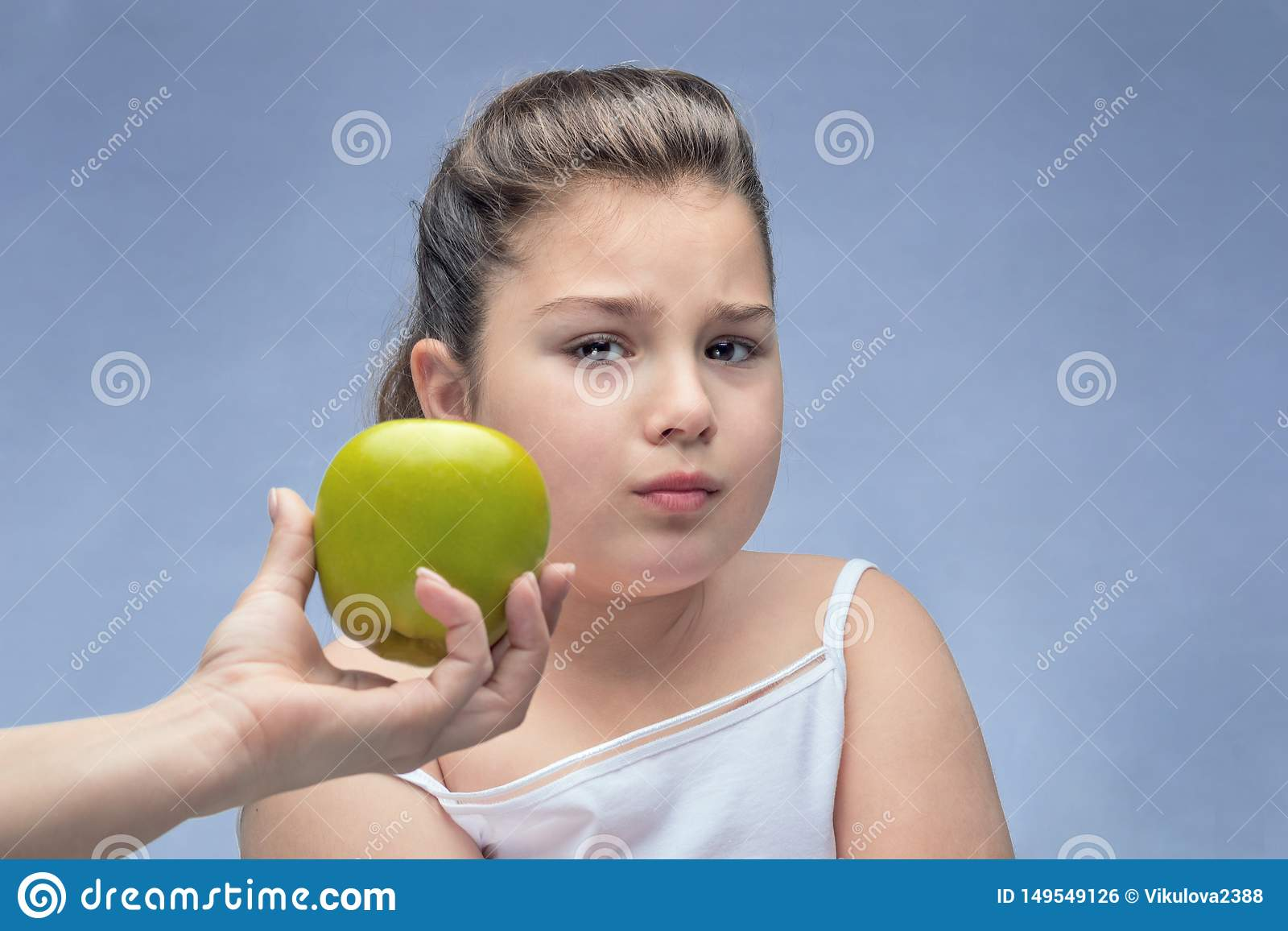 Το Mom άντεξε την πράσινη Apple σε ένα παχύ παιδί άρνηση της κατάλληλης διατροφής γονικός έλεγχος της διατροφής Πρόβλημα της παχυ