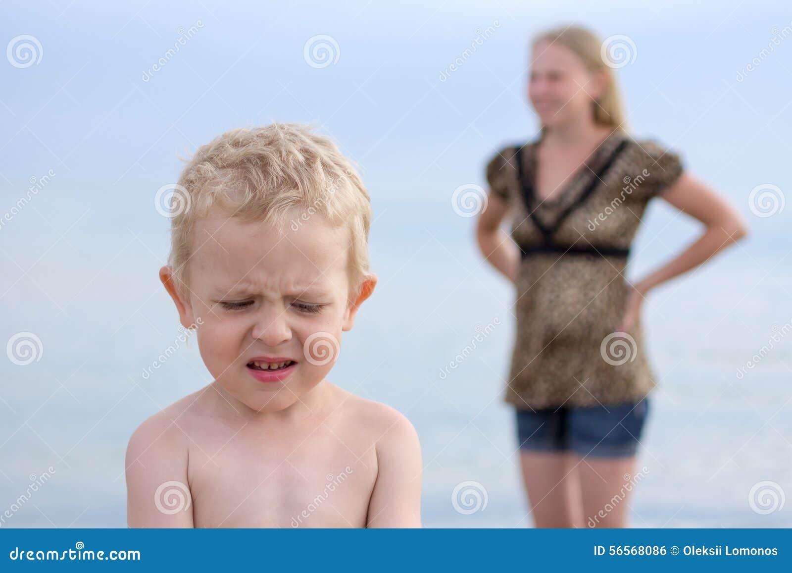 Download Το Mom επέπληξε το αγόρι και το αγόρι βλάπτεται μακριά Στοκ Εικόνες - εικόνα από επιπληγμένος, προσβολή: 56568086