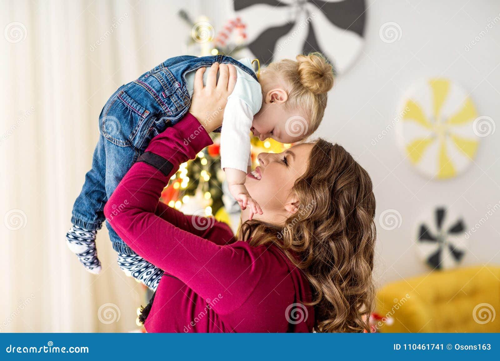 Το Mom και η κόρη είναι στο σπίτι στο δωμάτιο, ημέρα μητέρων ` s