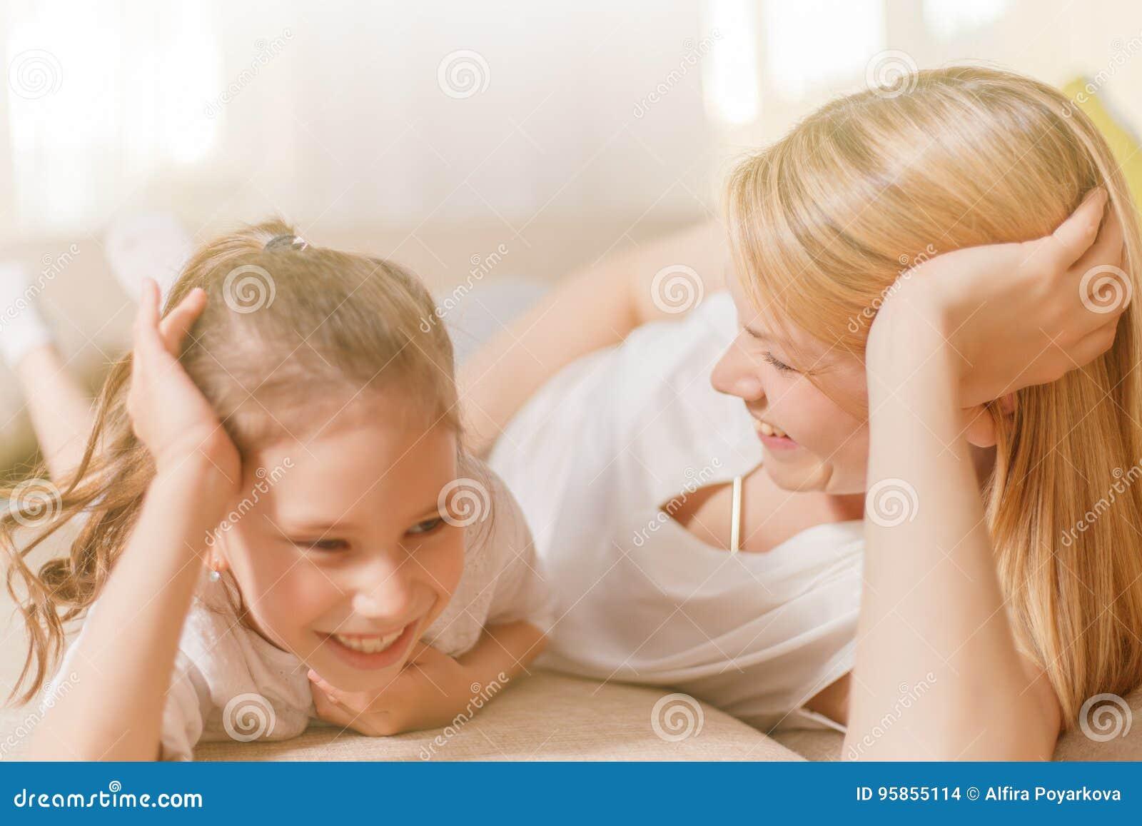 Το Mum και το χαριτωμένο κορίτσι παιδιών κορών της παίζουν, χαμογελούν και αγκαλιάζουν Ευτυχές Mother& x27 ημέρα του s